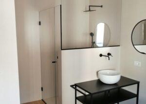 black-shower-enclosure-hotel-in-lamezia-terme