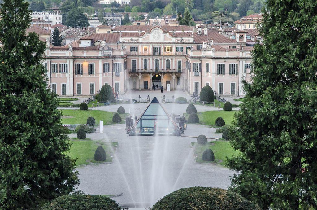 accessori per porte in vetro Colcom piramide in vetro per la Varese Design Week