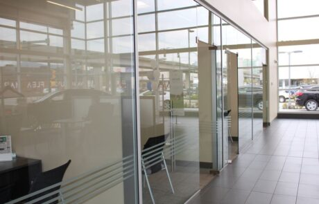 pareti in vetro per interni Concessionaria Vancouver